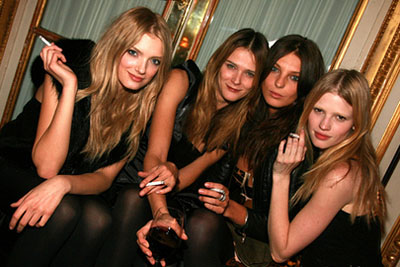 Aarkeybabble : Models Lily Donaldson, Carmen Kass, Daria Werbowy and Lara Stone are seen here enjoying a meal together